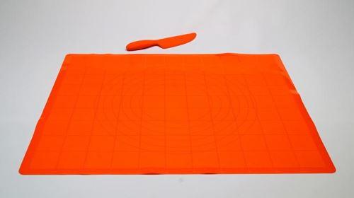 FAVE Vál silikonový na těsto 60 x 50 cm x 1 mm, oranžový s nožem